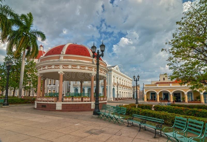 Urząd miasta Cienfuegos miasto przy Jose Marti parkiem z niektóre miejscowymi zdjęcia stock