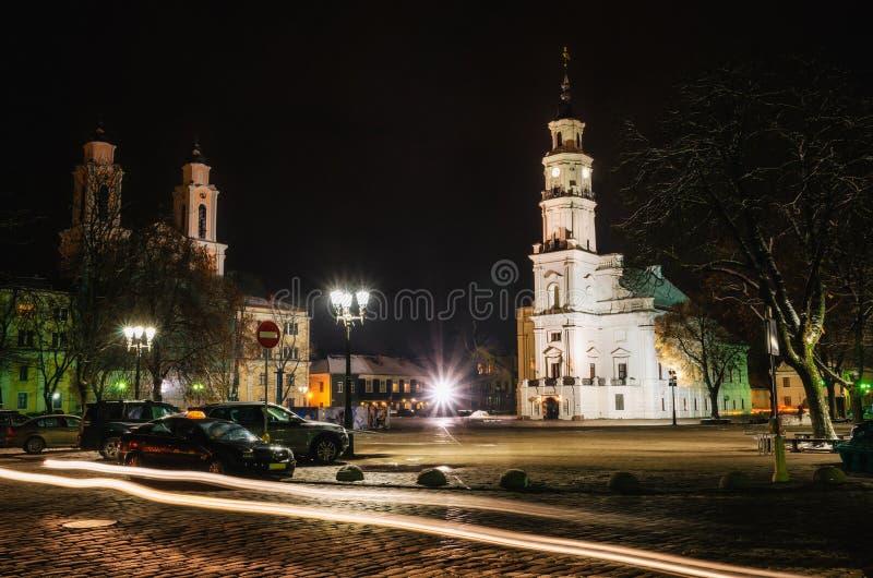 Urząd miasta, Francis Xavier kościół przy nocą, Kaunas, Lithuania zdjęcie stock