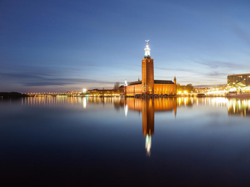 Urząd Miasta W Sztokholm, Szwecja Przy nocą zdjęcie stock