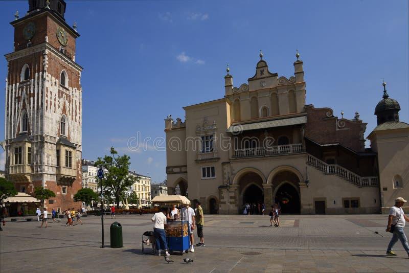 Urząd miasta wierza i Sukienny Hall w Targowym kwadracie w Krakow, Krakow nieoficjalny kulturalny kapitał Polska zdjęcie stock