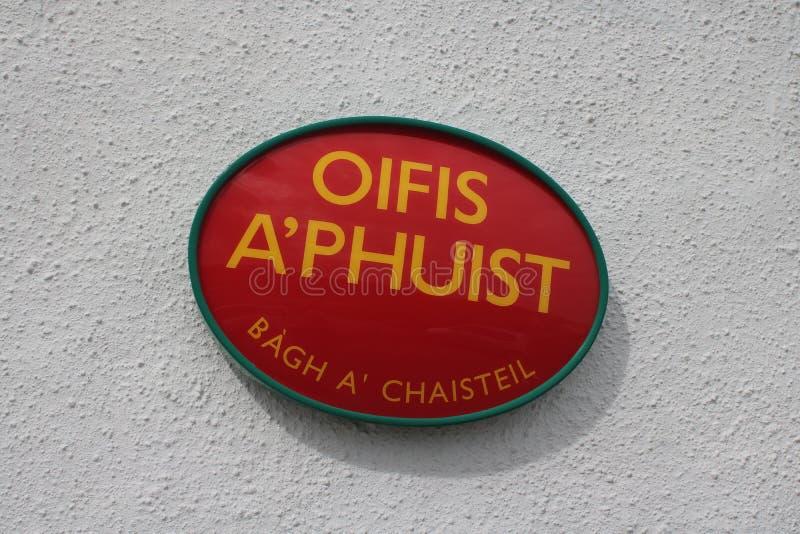 Urząd pocztowy podpisuje wewnątrz Gaelic obraz stock