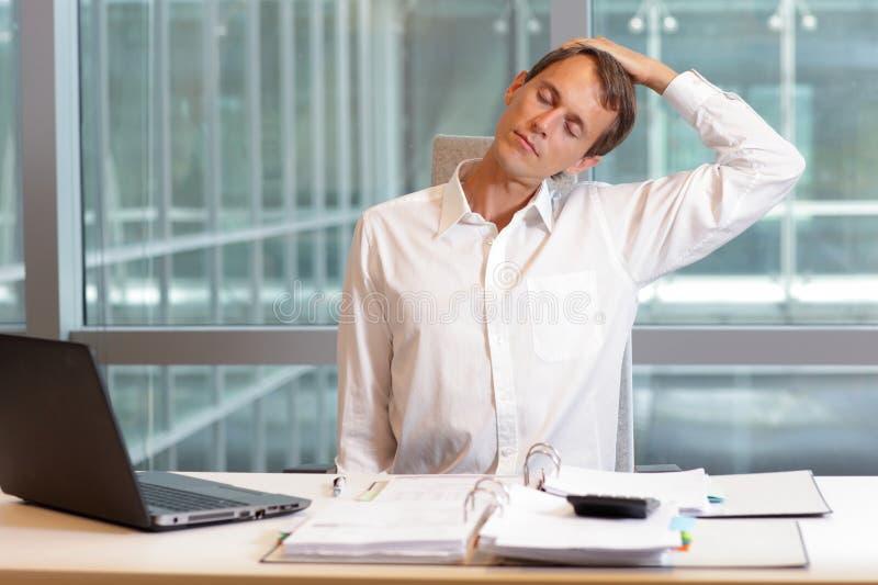Urzędniczego pracownika męska relaksująca szyja zdjęcie stock