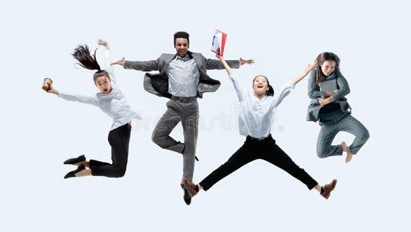 Urzędników skakać odizolowywam na pracownianym tle fotografia royalty free