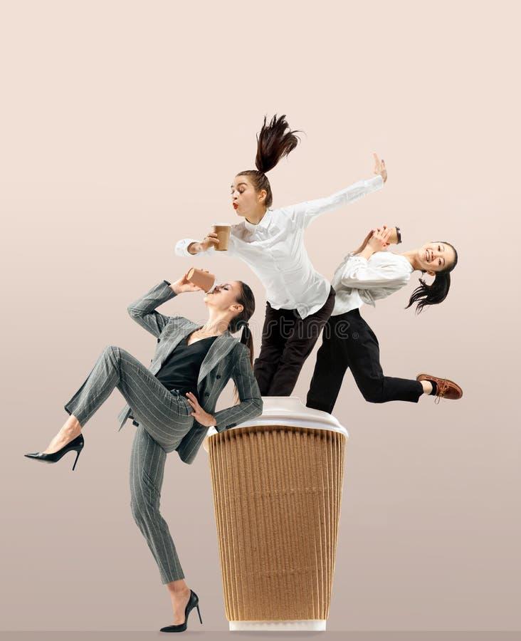 Urzędników skakać odizolowywam na pracownianym tle obrazy stock