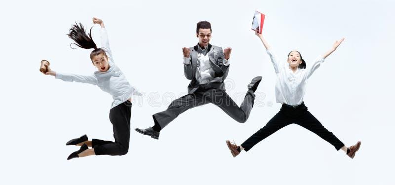 Urzędników skakać odizolowywam na pracownianym tle obraz stock