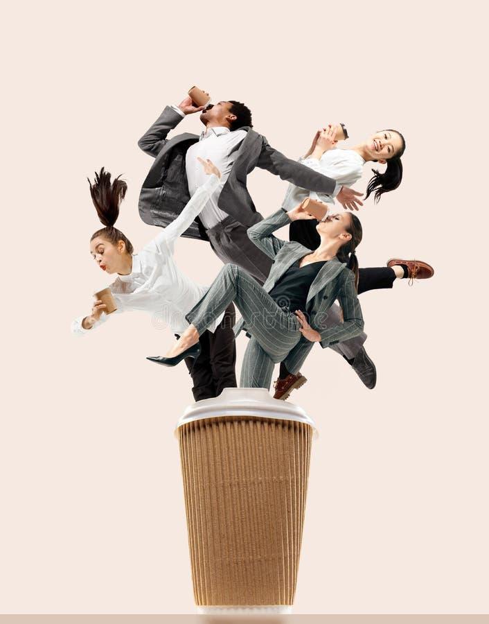 Urzędników skakać odizolowywam na pracownianym tle obrazy royalty free