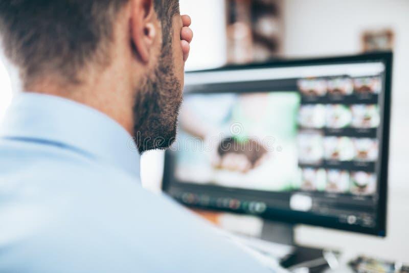 Urzędnik męczący od patrzeć monitoru fotografia stock
