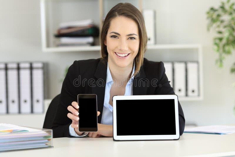 Urzędnik pokazuje pastylkę i mądrze telefonów ekrany fotografia royalty free