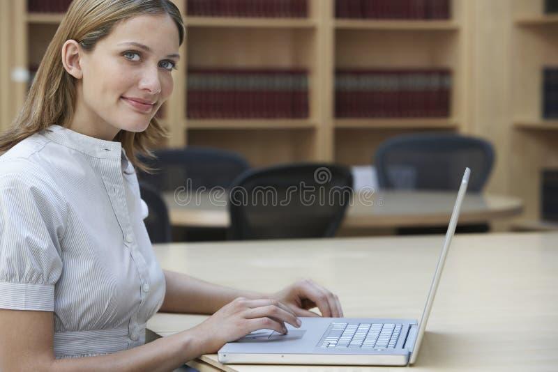 Urzędnik Używa laptop W biurze fotografia stock
