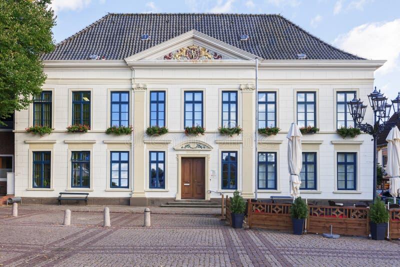 Urzędu miasta Esens pełny strzał chmurny obraz royalty free
