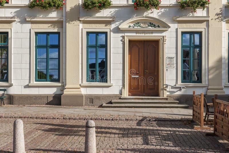 Urzędu miasta Esens wejścia parter obraz stock
