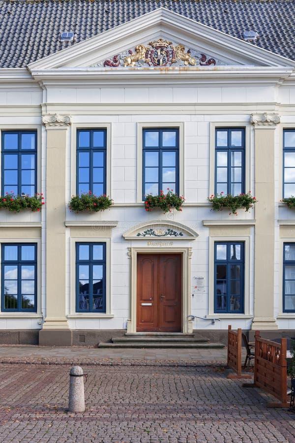 Urzędu miasta Esens wejście z złotymi ornamentami zdjęcia stock