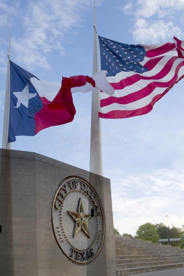 Urzędu miasta i falowania flaga w Dallas zdjęcie stock