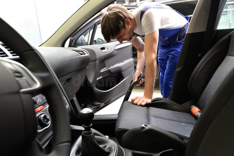 Usługa w przedstawicielstwie firmy samochodowej - mechanik ssa inside samochód obrazy stock