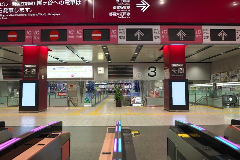 Usługa zawiesza przy Keio linii Shinjuku stacji opłatą ogień przy elektrownią w ranku fotografia stock