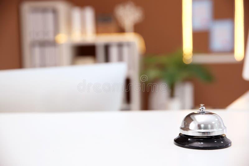 Usługowy dzwon na recepcyjnym biurku w hotelu zdjęcia stock