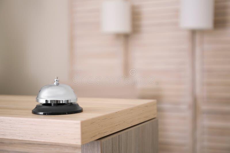 Usługowy dzwon na recepcyjnym biurku w hotelu obrazy stock