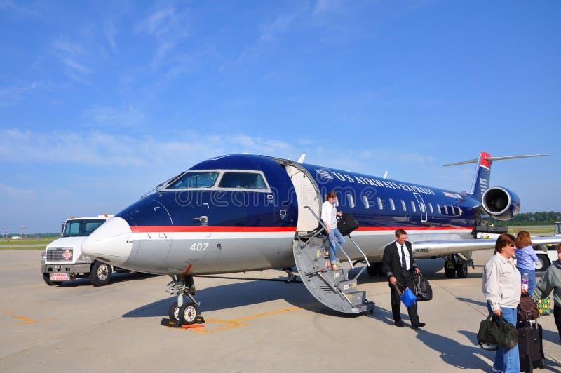 Us Airways CRJ 200 på den Newport nyheternaflygplatsen, VA, USA royaltyfri foto