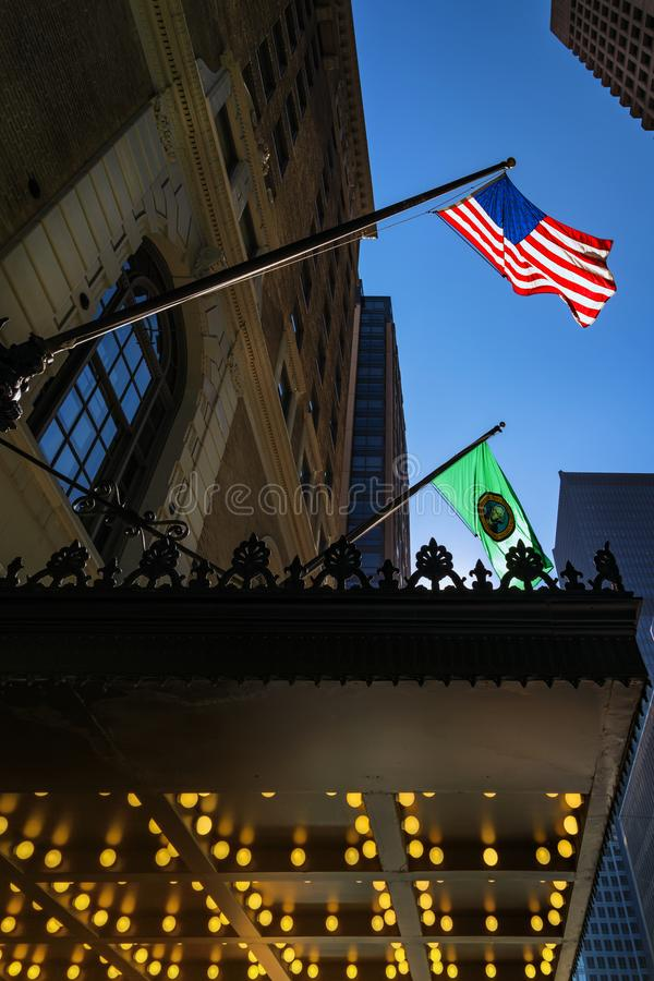 US-amerikanische und Washingtoner Staatsflagge schwingen in der Luft Seattle Downtown, Washington, USA lizenzfreies stockfoto