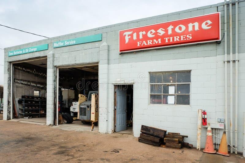 US-36, Anton, CO, - em agosto de 2018: Reparo e manuten??o dos pneus de carro do Firestone na estrada 36 em Colorado, Estados Uni imagem de stock