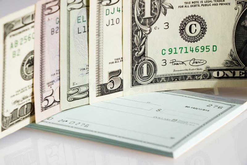 US dollar på checkhäfte arkivbild