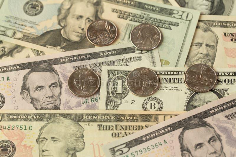 US dollar sedel och mynt arkivfoton