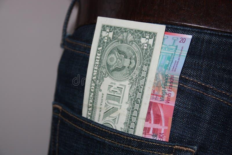 US-Dollar und Banknoten des Schweizer Franken stockfotos