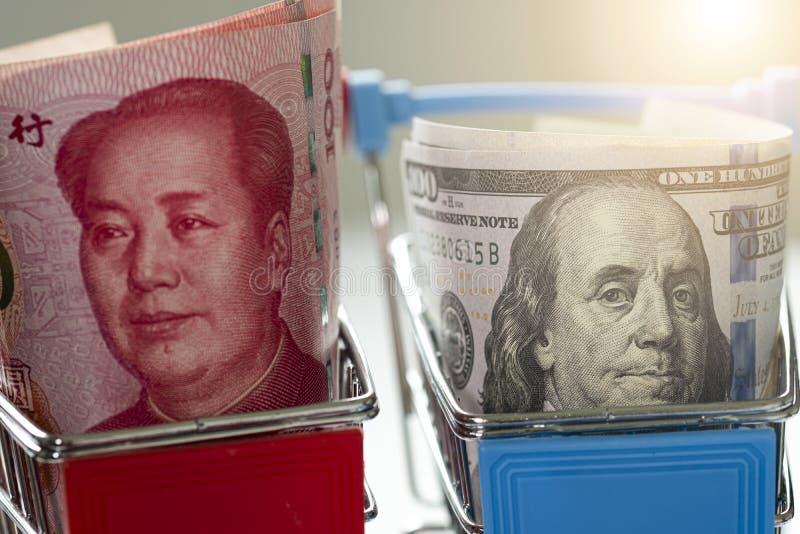 US-Dollar und China - Yuan-Banknote im Warenkorb Sie ist Symbol für die Handelskriegskrise zwischen den Vereinigten Staaten von A stockfotos