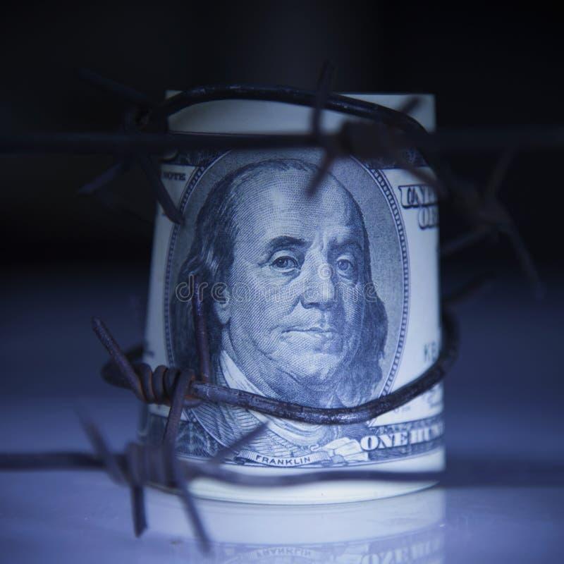 US dollarpengar, i försett med en hulling - binda som symbol av ekonomiskt krig, sa royaltyfri foto