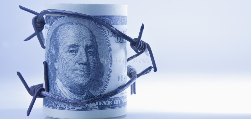 US dollarpengar som slås in, i försett med en hulling - binda som symbol av det ekonomiska kriget arkivbilder