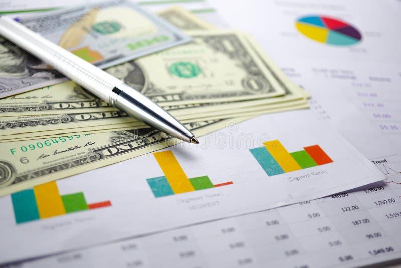 US dollarsedelpengar på diagramgrafpapper royaltyfri foto