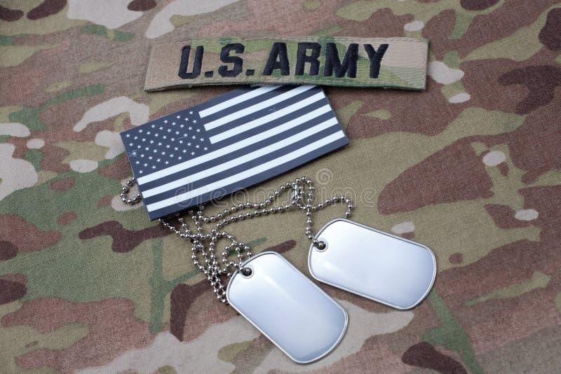 US-Flaggenflecken mit Erkennungsmarke auf AMERIKANISCHE ARMEE multicam Uniform stockfoto