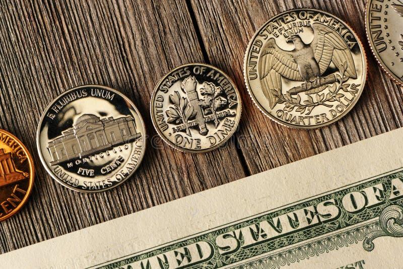 US-Geld über hölzernem Hintergrund stockfotos