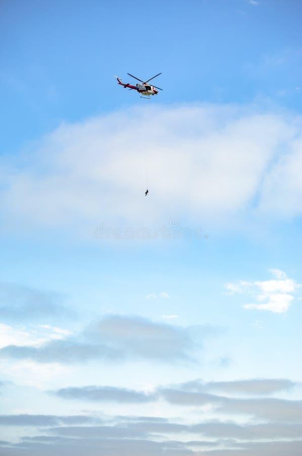 US-Küstenwachenhubschrauber im Flug mit dem Himmel im backgroun lizenzfreies stockbild
