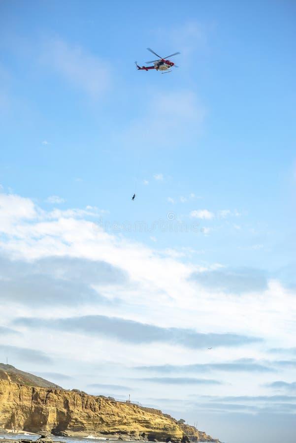 US-Küstenwachenhubschrauber im Flug mit Notfallschutz lizenzfreies stockfoto