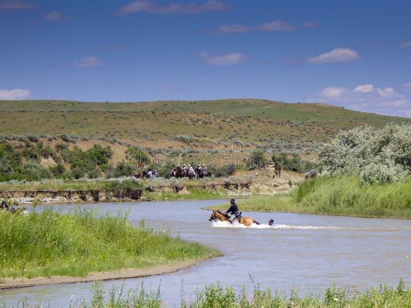 US-Kavalleriesoldat hält an zum Pferdeendstück im Fluss lizenzfreie stockfotografie