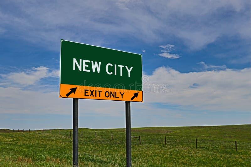 US-Landstraßen-Ausgangs-Zeichen für neue Stadt stockfoto