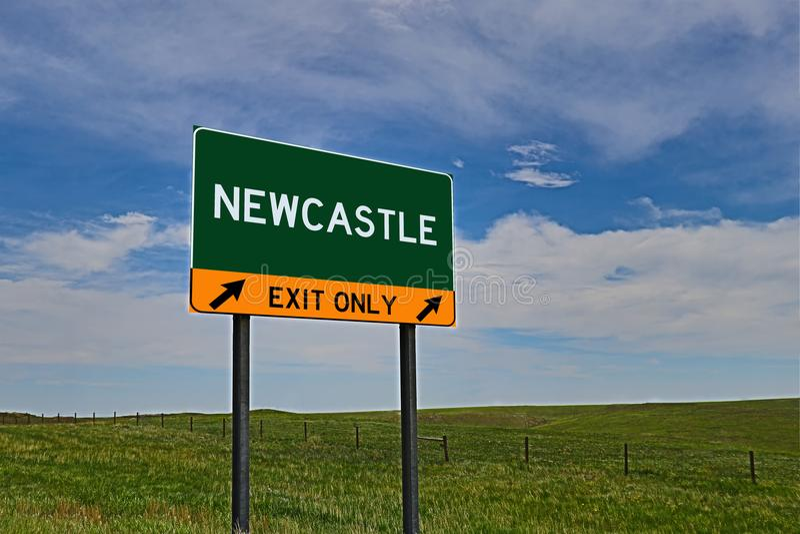 US-Landstraßen-Ausgangs-Zeichen für Newcastle stockfotos