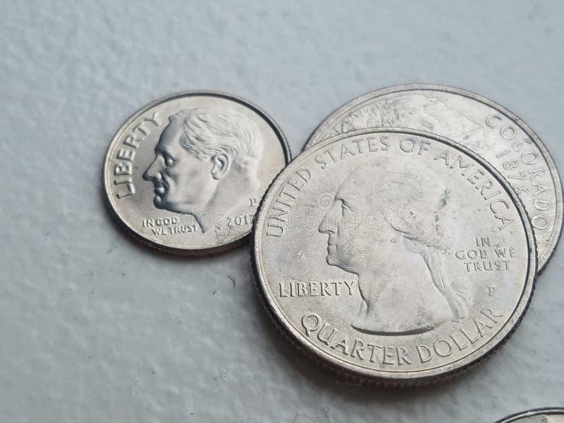US-Münzenwährung im Nahaufnahme Freiheitsgroschen und -vierteln stockfoto