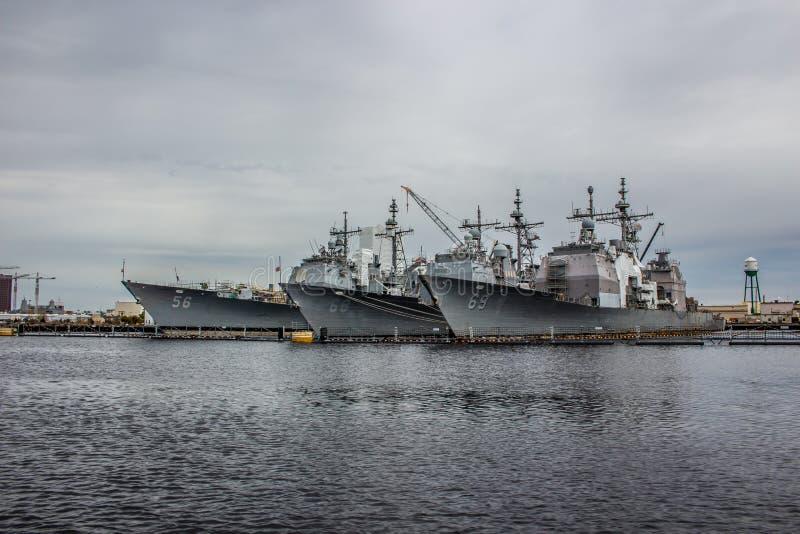 US-Marineschiffe am Norfolk-Yard in Virginia lizenzfreies stockfoto