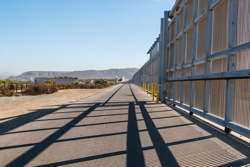 US-Mexico gränsvägg mellan San Diego och Tijuana royaltyfria bilder