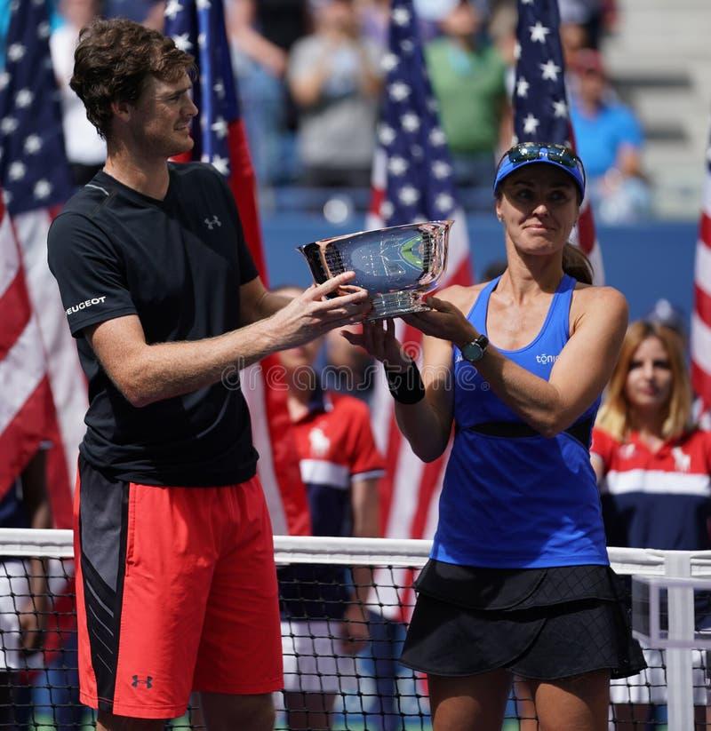 US Open 2017 campeões Jimmy Murray de Grâ Bretanha e Martina Hingis dos dobros misturados de Suíça durante a apresentação do trof fotos de stock royalty free