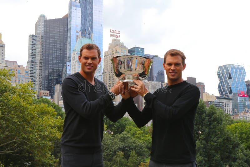 US Open 2014 campeones Bob y Mike Bryan de los dobles de los hombres que presentan con el trofeo en Central Park fotografía de archivo libre de regalías