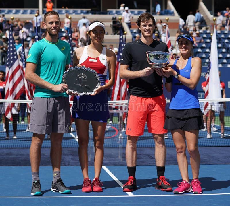 US Open 2017 finalistas Michael Venus NZL L, Hao-Ching Chan TWN y campeones Jamie Murray GBR y Martina Hingis de los dobles mezcl fotografía de archivo