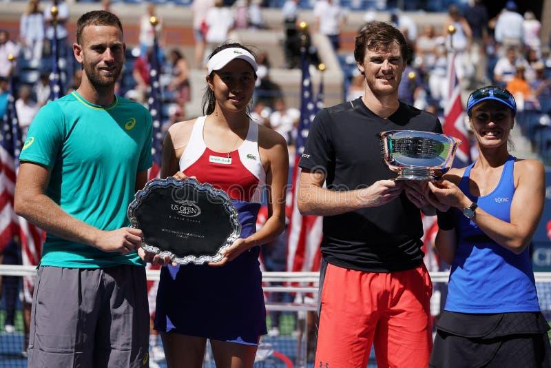 US Open 2017 finalistas Michael Venus NZL L, Hao-Ching Chan TWN y campeones Jamie Murray GBR y Martina Hingis de los dobles mezcl foto de archivo libre de regalías