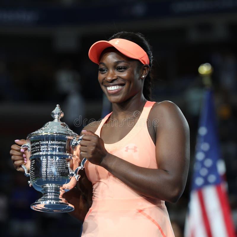 US Open 2017 kampioen Sloane Stephens van Verenigde Staten die met US Opentrofee tijdens trofeepresentatie stellen na haar defini stock foto