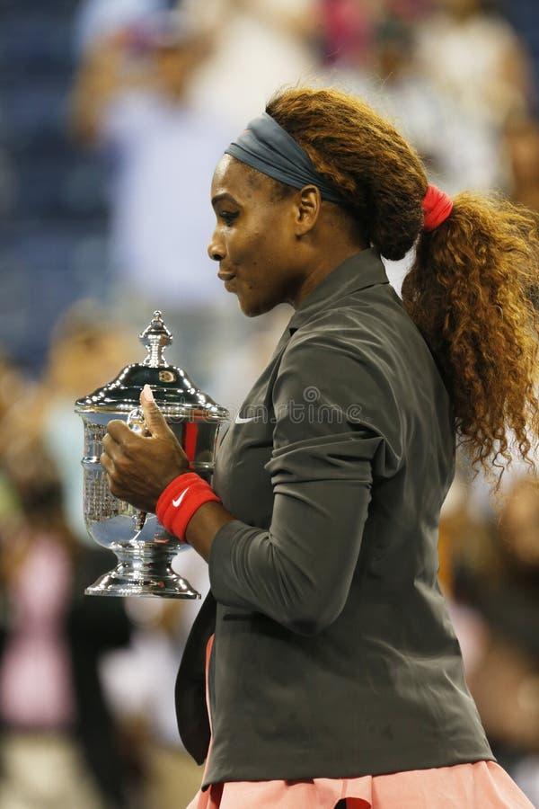 US Open 2013 mistrz Serena Williams trzyma us open trofeum po jej definitywnego dopasowania wygrany przeciw Wiktoria Azarenka zdjęcia royalty free