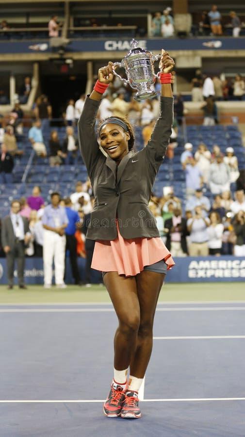 US Open 2013 mistrza Serena Williams mienia us open trofeum po jej definitywnego dopasowania wygrany przeciw Wiktoria Azarenka zdjęcia royalty free