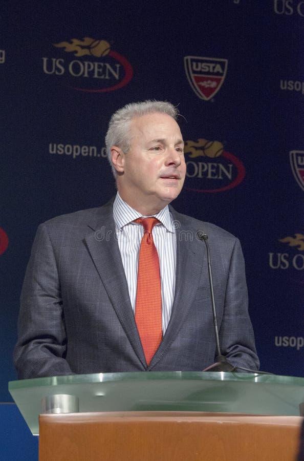 US Open-Turnier-Direktor David Brewer an der Zeremonie 2013 des US Open-abgehobenen Betrages