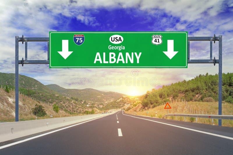 US-Stadt Albanien-Verkehrsschild auf Landstraße stockfotos